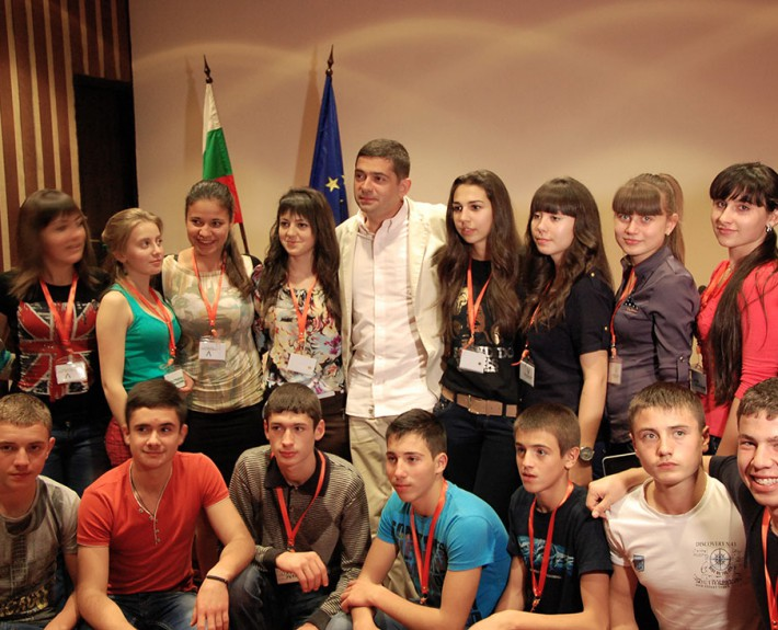 "Dr. Milen Vrabeski with a group of students, participants in his initiative ""STRONG NATIONAL IDENTITY – STRONG EUROPEAN IDENTITY"""